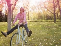 Kuva nuoresta naisesta pyöräilemässä. Kuva kuvastaa kuinka voit olla huoleton ja aktiivinen kuukautistenkin aikana.