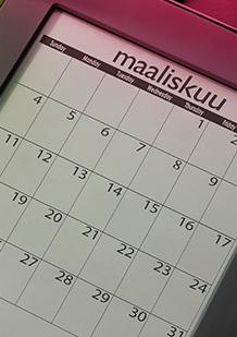 Kuva kalenterista maaliskuun kohdalla. Kuva kuvastaa kuinka on hyvä idea suunnitella etukäteen ja tietää milloin seuraavat kuukautiset alkavat, jotta voit varautua pitämällä esim. Tamponeja laukussa.  o.b.® tamponit