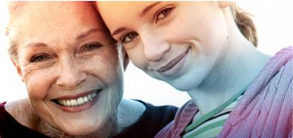 Kuva kahdesta naisesta, nuoresta ja vanhemmasta. Kuva kuvastaa o.b. Tamponeiden historiaa ja kuinka o.b. on vaikuttanut kaikenikäisten naisten arkipäivään yli 60-vuoden ajan.
