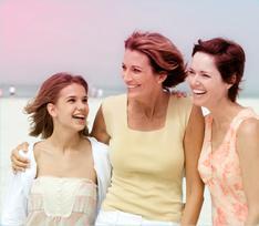 Kuva kolmesta naisesta rivissä, nuori nainen vasemmassa reunassa, kaksi vanhempaa oikealla.